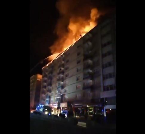 Elazığ depreminde doğalgaz patlaması sonucu bir binada yangın çıktı