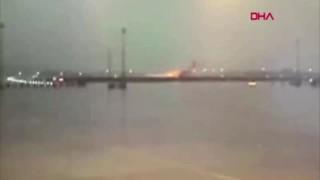 Uçağın pistten çıkıp düştüğü an böyle görüntülendi
