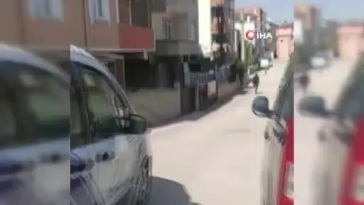 Kocaeli'de yasağa uymayıp dışarı çıkan gençler, doğal gaz dağıtım aracını polis sanıp kaçtı